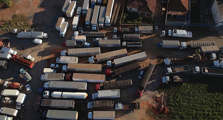 Grèves des routiers : Brasilia mobilise l'armée, un syndicat recule