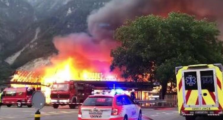 Valais: le violent incendie près de la gare d'Evionnaz maîtrisé