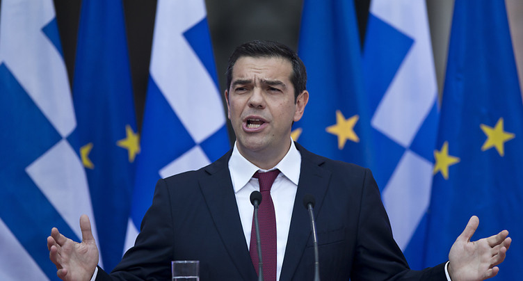 Alexis Tsipras salue, en cravate, un accord de l'Eurogroupe