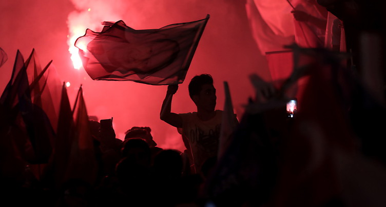 Erdogan face à Ince lors d'élections législatives et présidentielle en Turquie