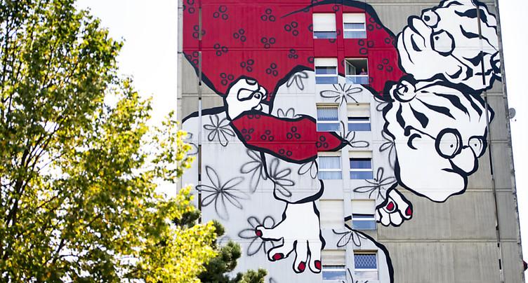 Une fresque géante illumine la façade d'un immeuble d'Yverdon (VD)