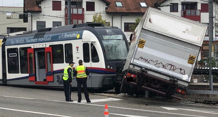 Collision entre un train régional et un camion à Berikon (AG)