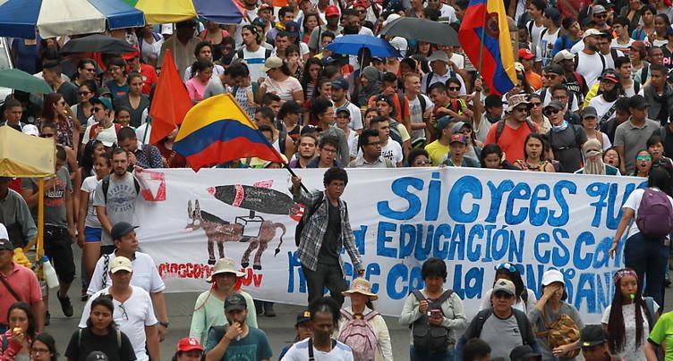 Manifestation de milliers d'enseignants et d'étudiants en Colombie