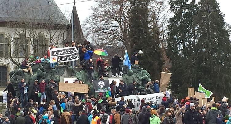Des centaines de personnes sonnent l'alarme climatique à Berne