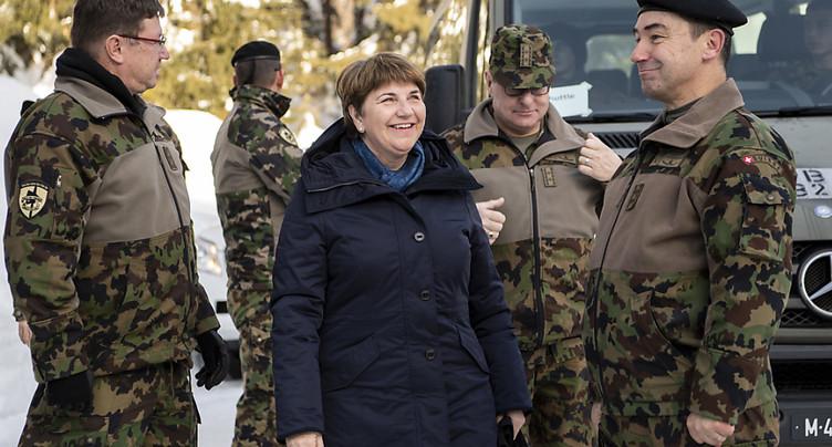Viola Amherd visite pour la première fois une troupe à Davos
