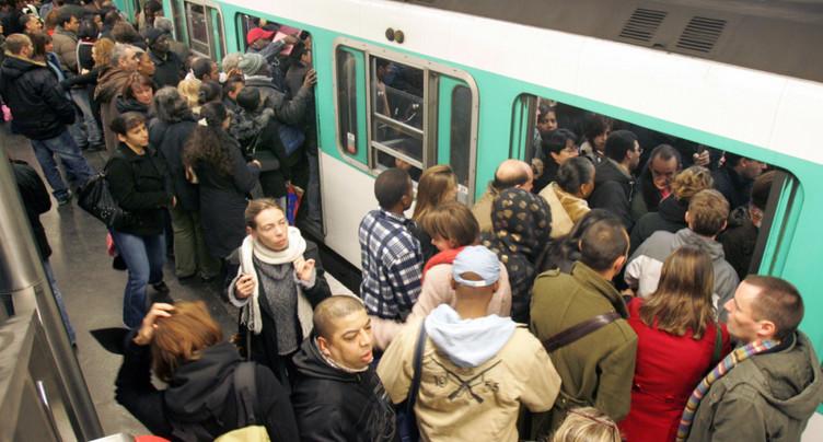 Un homme brûlé après avoir été aspergé dans le métro de Paris