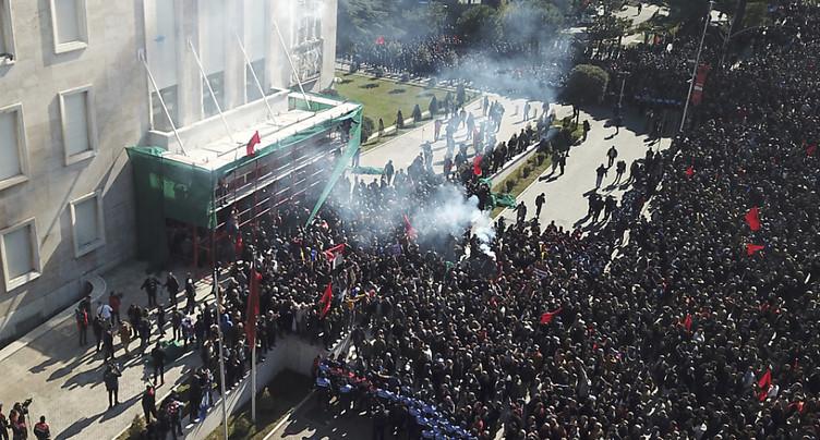 Des manifestants albanais repoussés devant le siège du gouvernement