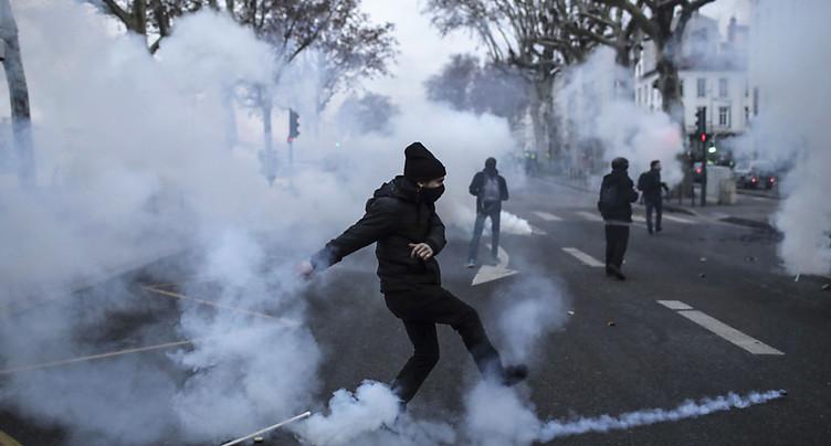 Le pouvoir dénonce une « violence insupportable » à Lyon