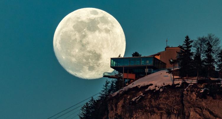 Une super lune par un ciel bien dégagé mardi soir