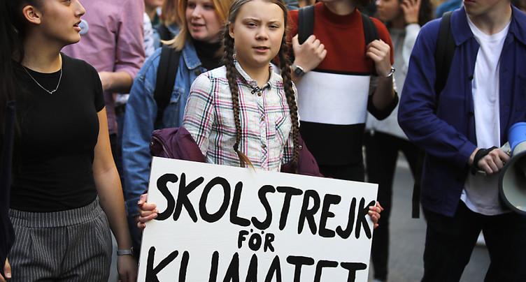 Un millier de jeunes défilent à Paris derrière Greta Thunberg