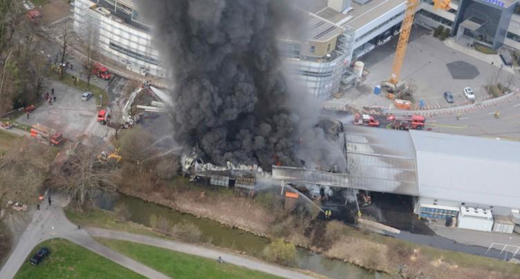 Entrepôt entièrement détruit par les flammes à Schmerikon (SG)