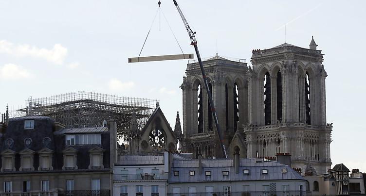 La France rend hommage aux « héros » sauveurs de Notre-Dame de Paris