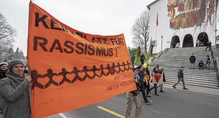 Destruction d'une banderole antiraciste et saluts nazis à Schwyz