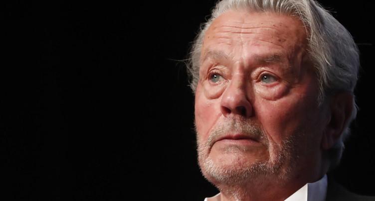 En larmes, le monstre sacré du 7e Art Alain Delon honoré à Cannes