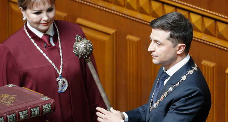 L'ex-comédien Volodymyr Zelensky investi président