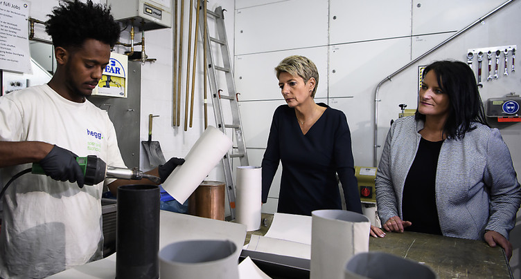 Karin Keller-Sutter visite une entreprise formatrice de réfugiés