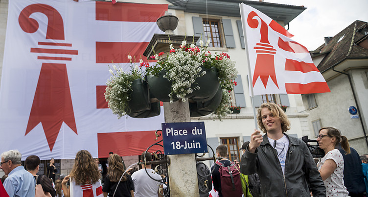 Chaîne humaine pour baptiser une Place du 18 juin à Moutier (BE)