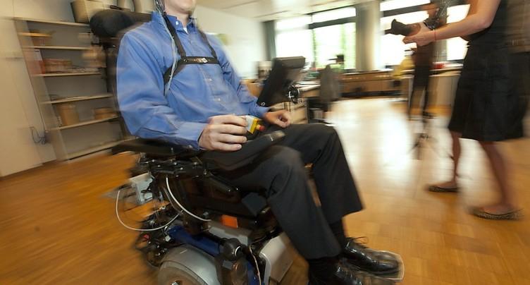 Mouvoir son fauteuil roulant par la pensée: étude clinique