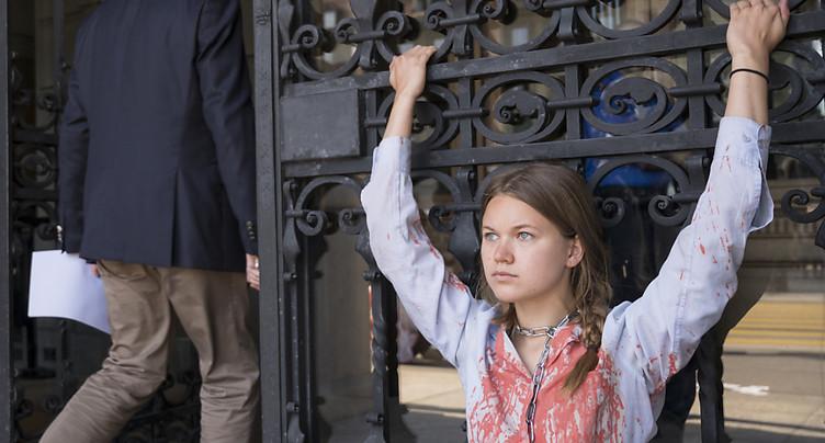 Des activistes du climat s'enchaînent aux portes du Palais fédéral