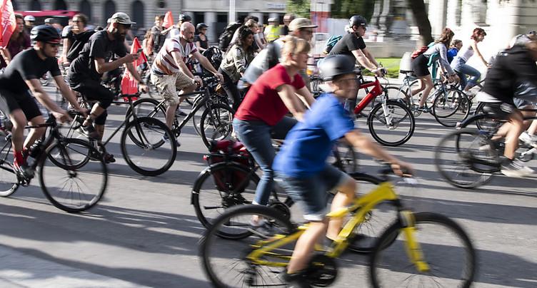 Un millier de cyclistes manifestent contre l'E-Prix à Berne