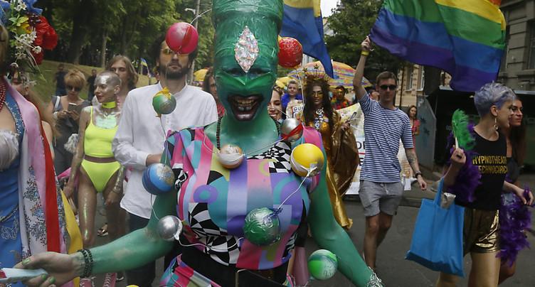 La gay pride réunit des milliers de personnes à Kiev