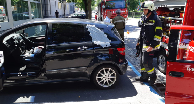 Enfant sauvé de la chaleur après s'être enfermé dans une voiture