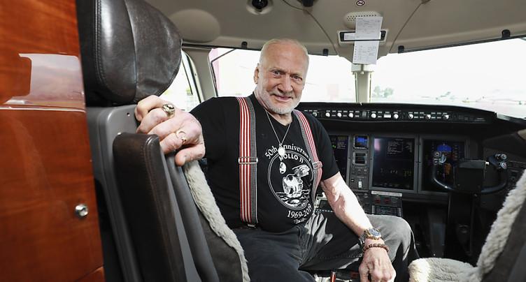 Et le monument Buzz Aldrin réapparut
