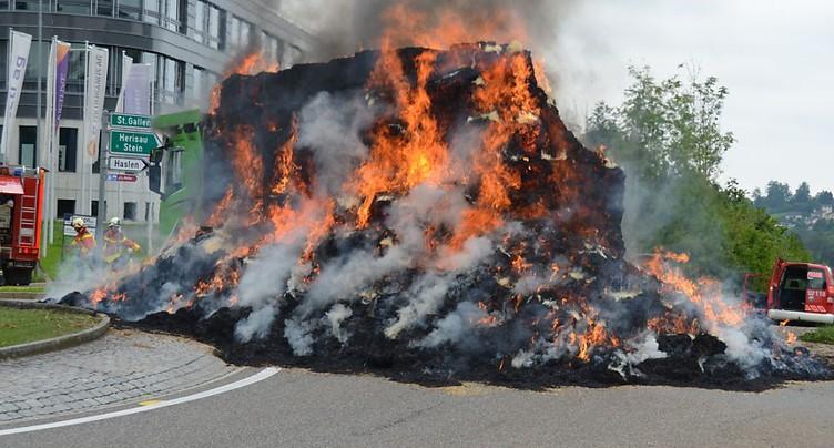 Cinq tonnes de paille en feu sur un camion à Teufen (AR)