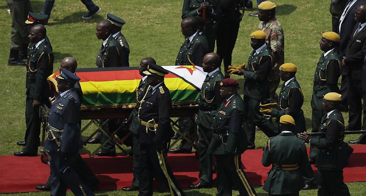 L'Afrique et le Zimbabwe saluent le très controversé « héros » Mugabe