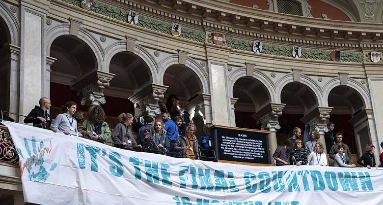 Débat interrompu au National à cause d'activistes sur la tribune