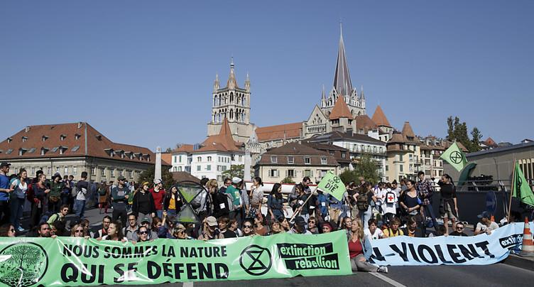 Des militants du climat bloquent le pont Bessières à Lausanne
