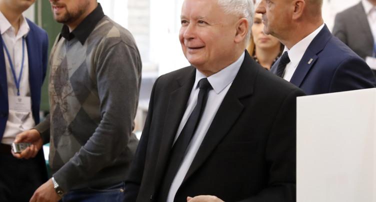 Pologne: les conservateurs conserveraient la majorité absolue