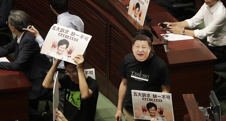 Discours de la chef de l'exécutif hongkongais perturbé au Parlement