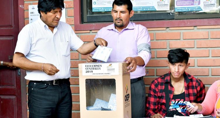 Le président bolivien sortant en tête, mais contraint à un 2e tour