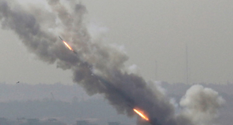 Israël tue un commandant palestinien, tirs de roquettes sur Israël