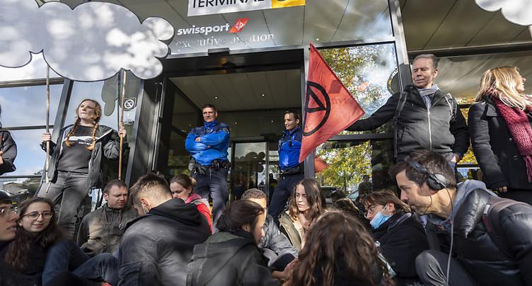Des activistes bloquent le terminal des jets privés