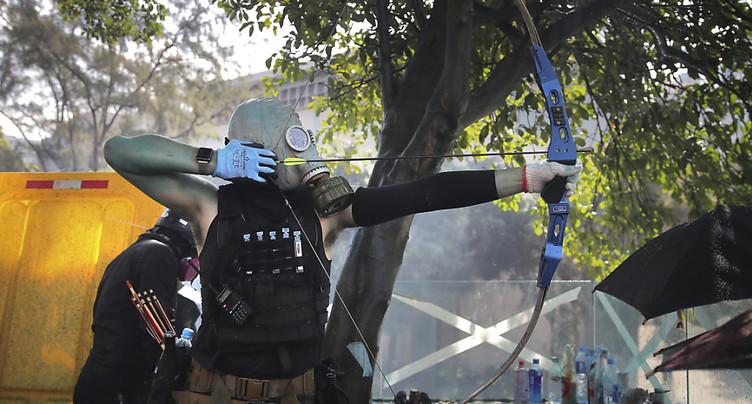 Nouveaux heurts à Hong Kong: un policier blessé par une flèche