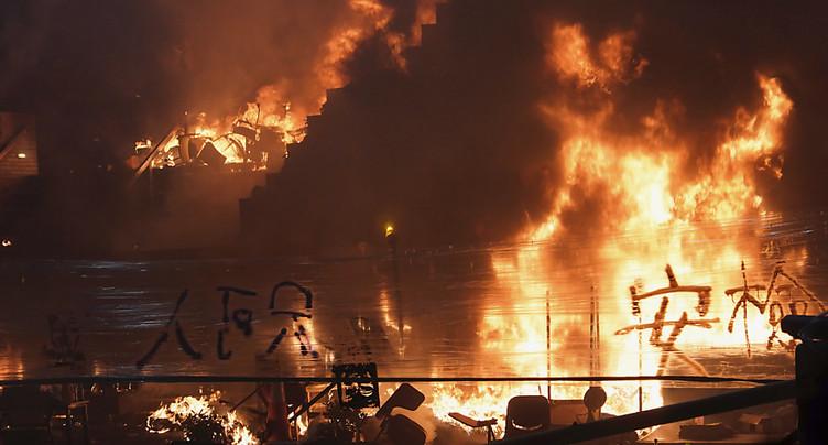 Grand incendie à l'entrée du campus où se trouvent les manifestants