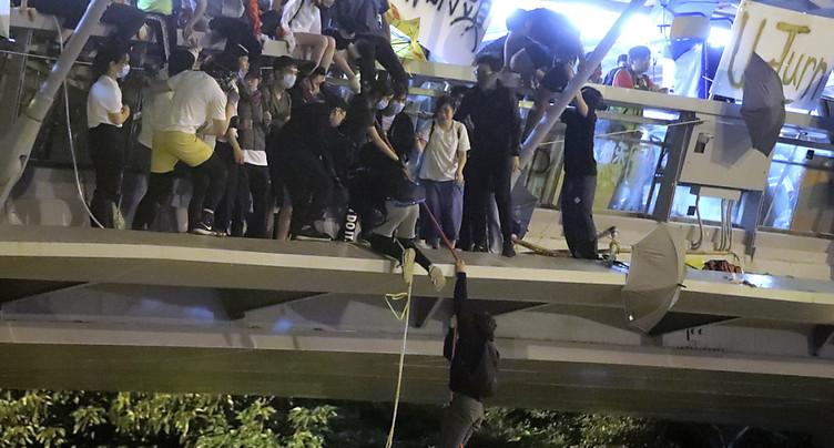 A Hong Kong, fuite spectaculaire de manifestants assiégés par la police