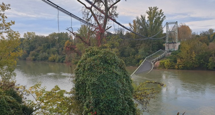 Deux morts dans l'effondrement spectaculaire d'un pont en France