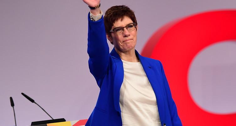 Allemagne: la « dauphine » critiquée de Merkel remporte une bataille
