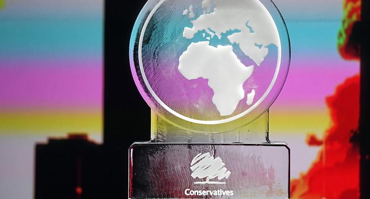 Sculpture de glace à la place de Johnson à un débat sur le climat