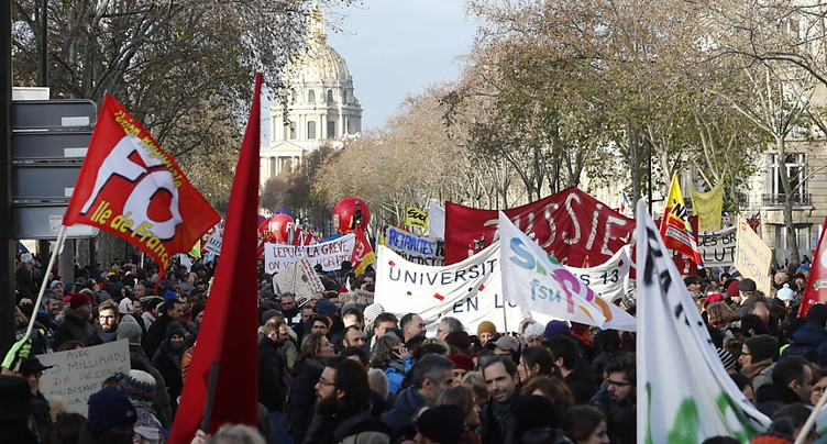 Manifestations contre les retraites en France: affluence en repli