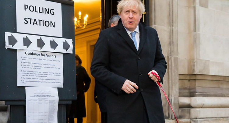 Boris Johnson obtient la majorité absolue selon un sondage