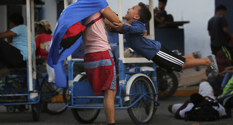 Des centaines de migrants honduriens se rapprochent du Mexique