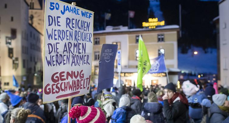 Quelque 400 activistes ont manifesté à Davos contre le WEF