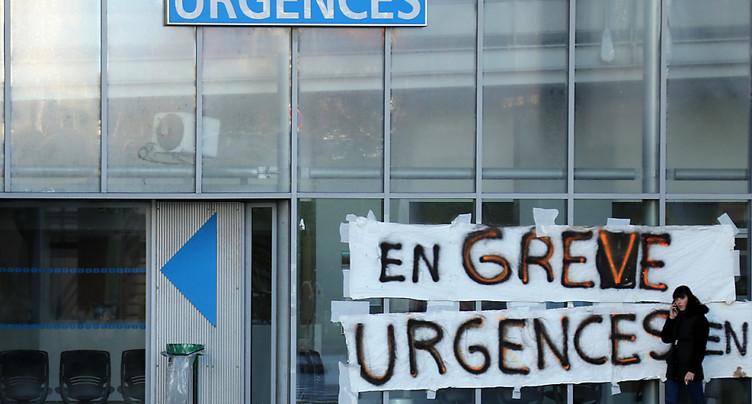 L'hôpital public français de retour dans la rue, « le coeur brisé »