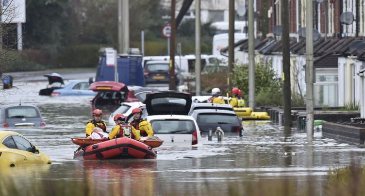 Tempête Dennis: un mort au Royaume-Uni, foyers sans électricité en France