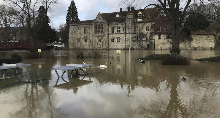Tempête Dennis: inondations et transports perturbés au Royaume-Uni