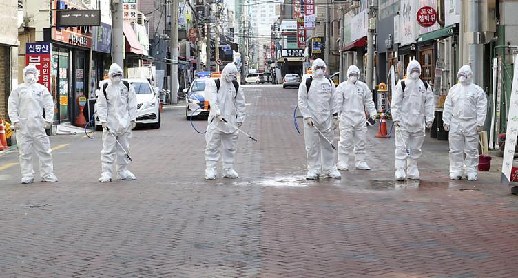 Les mesures contre le virus se multiplient au niveau international